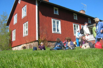 Kapellskär : Guests outside the Kapellskar hostel in Sweden