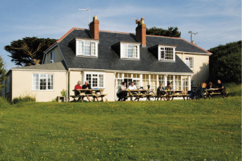 YHA Land's End : Guests on terrace outside the YHA Lands End hostel in England