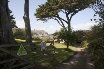 YHA Land's End : Exterior lane to the YHA Lands End hostel in England
