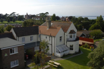 YHA Totland Bay : Exterior of the YHA Totland Bay hostel in England