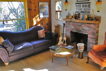 HI - Phoenix - The Metcalf House : Music Room in Phoenix - The Metcalf House Hostel, USA