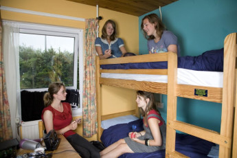 YHA Broad Haven : Guests in a dorm room in the YHA Broad Haven hostel in England