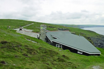 YHA Tintagel : Exterior of the YHA Tintagel hostel in England