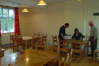 YHA Kington : Guests in dining room at the YHA Kington in England
