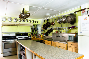 HI - Littleton - Friendly Crossways : Kitchen Area in Littleton - Friendly Crossways Hostel, USA