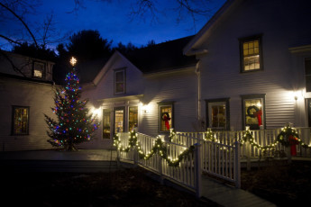 HI - Littleton - Friendly Crossways : Exterior View of Littleton - Friendly Crossways Hostel, USA with Christmas Lights and Decoration