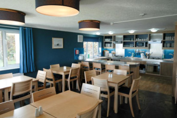 YHA Poppit Sands : Kitchen and dining area of the YHA Poppit Sands hostel in England