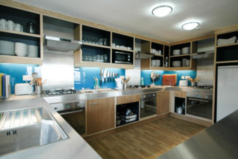 YHA Poppit Sands : Kitchen area of the YHA Poppit Sands hostel in England