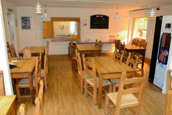 YHA Exford : Dining room in the YHA Exford hostel in England