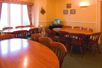 YHA Eyam : Lounge and dining area in the YHA Eyam hostel in England