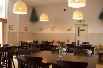 YHA Blaxhall : Dining room at the YHA Blaxhall hostel in England