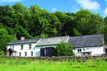 YHA Danywenallt : Exterior of the YHA Danywenallt hostel in England