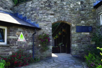 YHA Brecon Beacons Danywenallt : Exterior of the YHA Danywenallt hostel in England