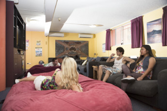 Sydney - Glebe Point YHA : Guests relaxing in lounge at the Sydney - Glebe Point YHA hostel in Australia