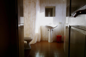 Assisi - Ostello della Pace : Bathroom in Assisi - Ostello della Pace Hostel, Italy