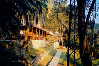 Sydney - Pittwater YHA : Exterior of the Sydney - Pittwater YHA hostel in Australia