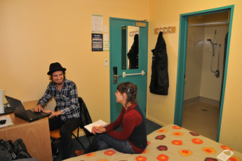 YHA Auckland International : Guests in a double room with ensuite in Auckland International YHA hostel in New Zealand