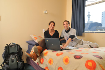 YHA Auckland International : Guests in a double room in Auckland International YHA hostel in New Zealand