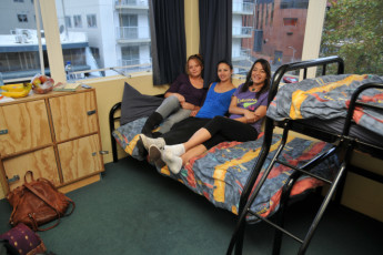 YHA Auckland International : Guests in a 4 bed dorm room in the Auckland International YHA hostel in New Zealand