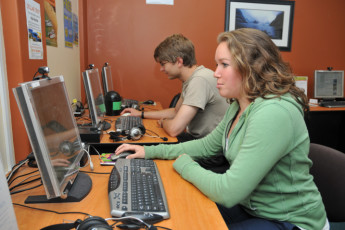 YHA Auckland International : Guests in internet area in the Auckland International YHA hostel in New Zealand