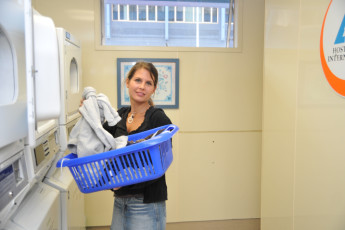 YHA Auckland International : Guests doing laundry at the Auckland International YHA hostel in New Zealand