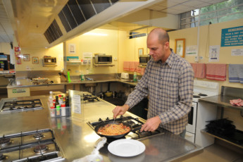 YHA Auckland International : Guests cooking at the Auckland International YHA hostel in New Zealand