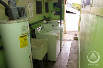 HI - Honolulu : Laundry area at the HI-Honolulu hostel in the USA