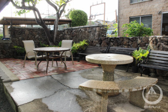 HI - Honolulu : Patio area at the HI-Honolulu hostel in the USA