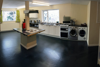 Saddle Mountain Hostel : Kitchen in the Invergarry Lodge hostel in Scotland