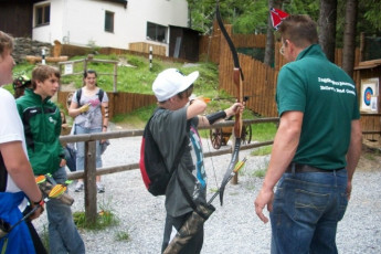 Bad Gastein : Guests doing archery at the Bad Gastein Hostel in Austria