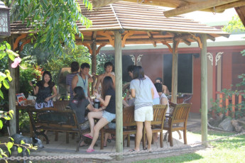 Cooktown YHA : Guests on terrace at the Cooktown Hostel in Australia