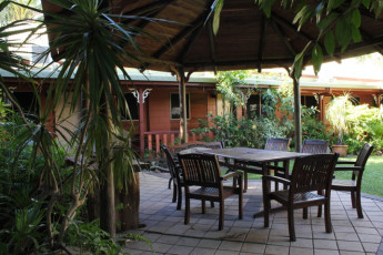 Cooktown YHA : Garden terrace at the Cooktown Hostel in Australia