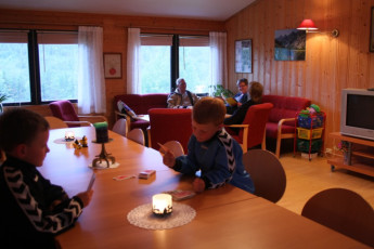 Uvdal : Family in lounge in the Uvdal hostel in Norway