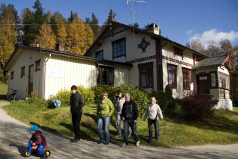 Uvdal : Family outside the Uvdal hostel in Norway