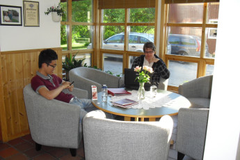 Åndalsnes : Guests Relaxing in the Lounge at Andalsnes Hostel, Norway