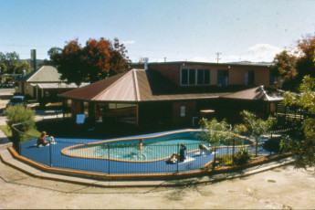 Albury - Wodonga YHA : Exterior and pool of the Wodonga hostel in Australia