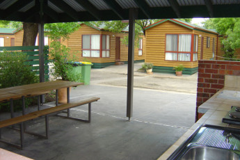 Albury - Wodonga YHA : BBQ area at the Wodonga hostel in Australia