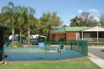 Albury - Wodonga YHA : Swimming pool at the Wodonga hostel in Australia