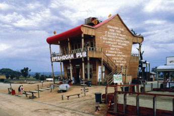 Albury - Wodonga YHA : Pub near the Wodonga hostel in Australia