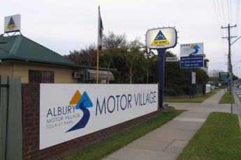 Albury - Wodonga YHA : Front exterior Wodonga hostel in Australia