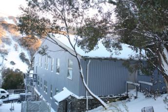 Thredbo YHA : Exterior in snow of the Thredbo hostel in Australia