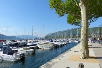 Aix les Bains : Harbor near the Aix les Bains hostel in France