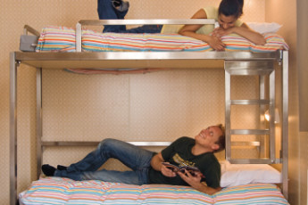 Stayokay Amsterdam Zeeburg : Guests Relaxing in the Dorm Room at Stayokay Amsterdam Zeeburg, Netherlands
