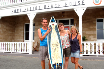 Port Elliot Beach House YHA : Guests outside the Port Elliot Beach House Hostel in Australia