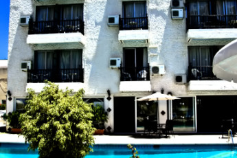 Larnaka - Larco Hotel : Exterior of the Larco Hotel/ Hostel in Cyprus