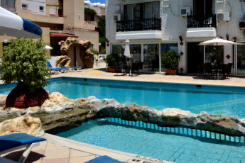 Larnaka - Larco Hotel : Swimming pool at the Larco Hotel/ Hostel in Cyprus