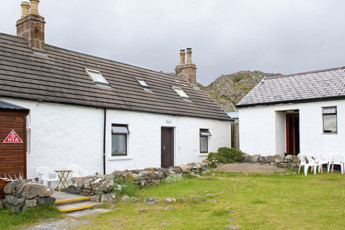 Achmelvich Beach SYHA : Exterior view of the Achmelvich Beach hostel in Scotland