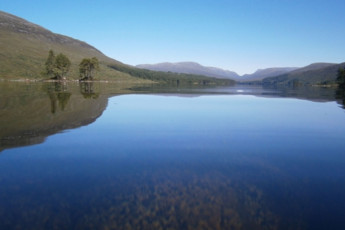 Loch Ossian SYHA : Lake near the Loch Ossian hostel in Scotland
