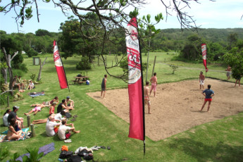 Buccaneers Lodge & Backpackers - Chintsa : Guests playing volleyball at the Buccaneers Lodge and Backpackers Hostel in South Africa