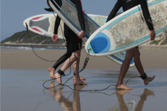 Buccaneers Lodge & Backpackers - Chintsa : Guests surfing at the Buccaneers Lodge and Backpackers Hostel in South Africa